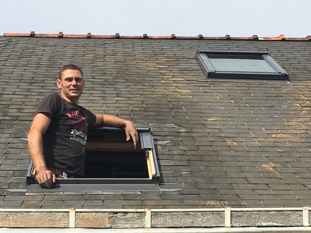 Pose de velux ouverture de toit par artisan menuisier for Montage fenetre de toit